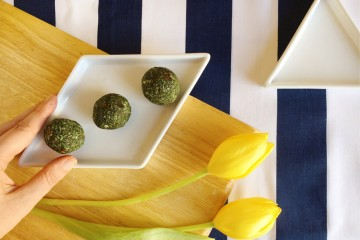 Spirulina coconut and date balls.